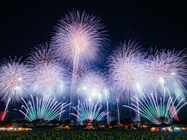 薄桃と青緑の土浦の花火